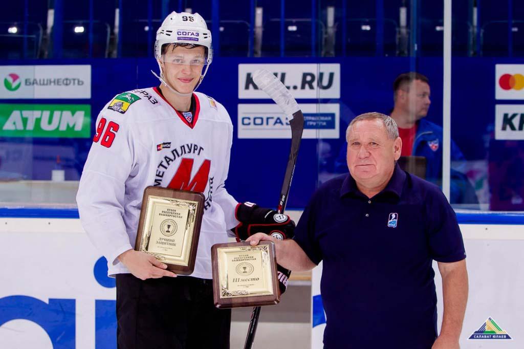 Впервом матче сезона КХЛ новокузнецкие хоккеисты устроили кровавую драку ссоперниками